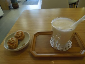 Lychee Bubble Tea and Peanut Butter Cupcakes: at Tea Life, Museum St., London